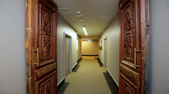King and Queen Hotel Suites: Corridor