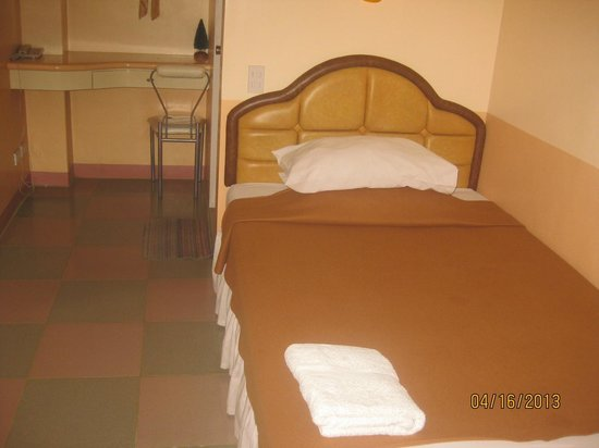 HCG Residence Mansion Hotel: Basic room and bed.