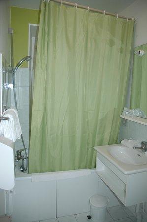 Le Compostelle : Bathroom included a tub
