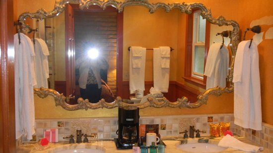"Madonna Inn : ""China"" Bathroom"