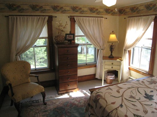 Follansbee Inn: Typical corner bedroom.