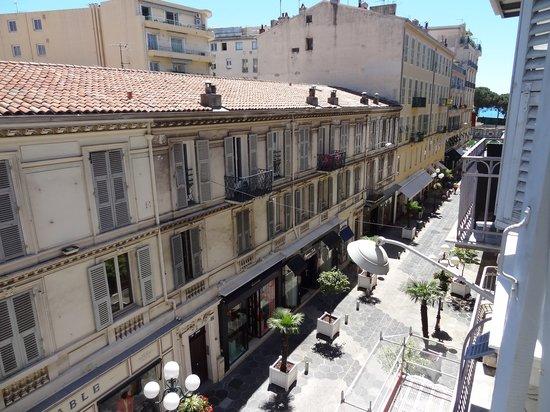 Hotel le Petit Trianon: Вид из окна комнаты №3. Справа видно море.