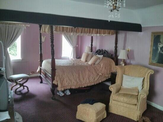 The Mary Arden Inn: Romeo and Juliet four poster bed.