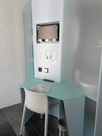 Hotel Cristal Design: Writing desk, TV
