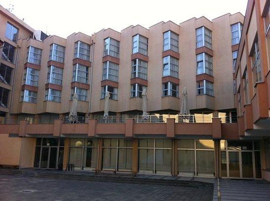 Hotel Vojvodina: Vue de l'hôtel de la cour intérieure.