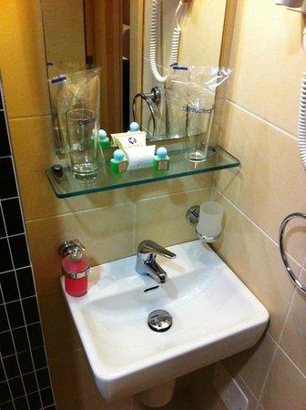 Hotel Vojvodina: Très, très petit évier!