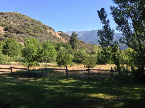 Kings Canyon Lodge: The view from the porch - very peaceful pleasant breeze