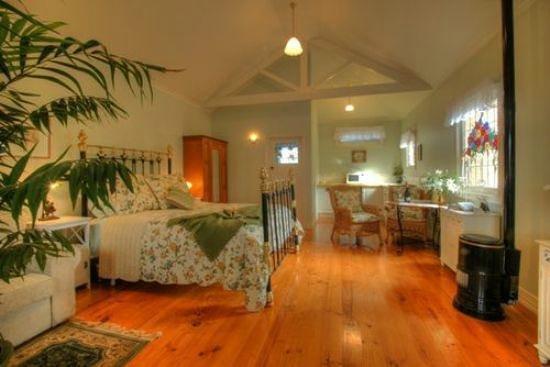 Braeside Garden Cottages: Interior of Turret Cottage