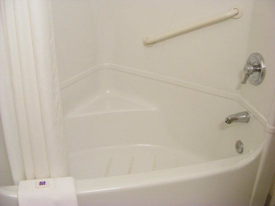 Motel 6 Page : The tub where I got an unexpected shower