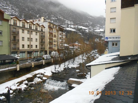Hotel Oros: Вид из номера (справа)