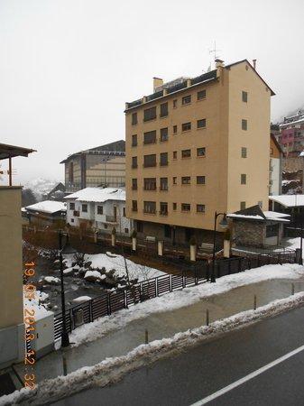 Hotel Oros: Вид из номера (слева)