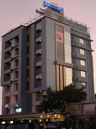 Sampoorna Hotel: Building Exterior