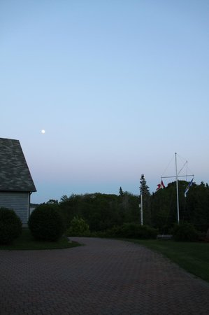 Gray Gables Bed and Breakfast: Another full moon night looking at the house