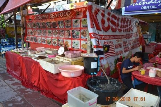 Kusuma Seafood : take your pick...live lobsters and crabs.