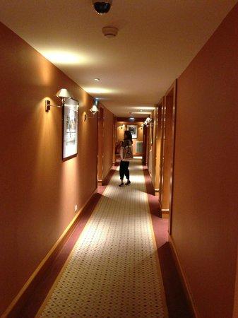 Hyatt Paris Madeleine: 部屋までの廊下