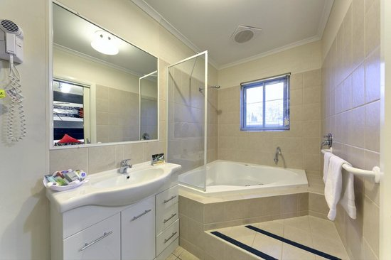 Comfort Inn & Suites Georgian: Massive bathrooms in the 2 bedroom apartments, with or without spa