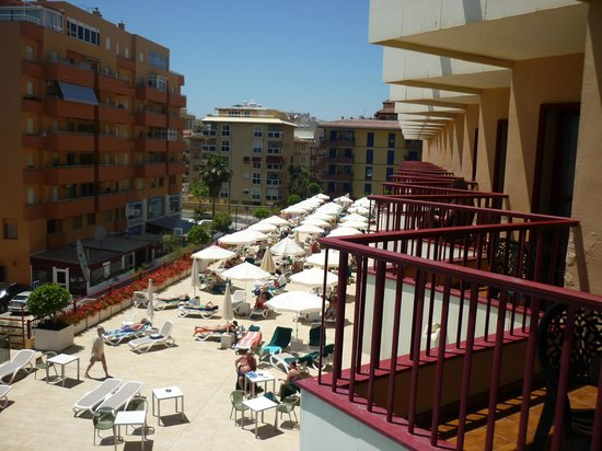 Angela Hotel: Sunbed area