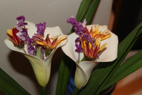 Le Bambou Gorilla Lodge: Beautiful flowers in my room