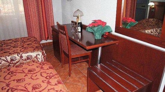 Elysee: Matrimonial room table