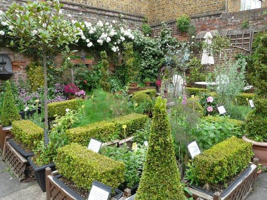 Six Poor Travellers House: Walled Garden