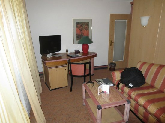 Golden Tulip Olymp Hotel: TV and work desk