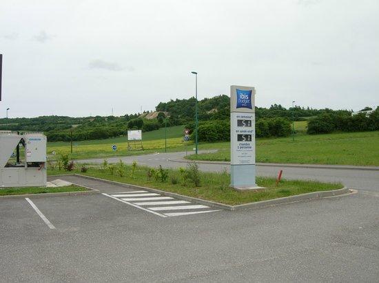 Ibis Budget Verdun: entrée du parking