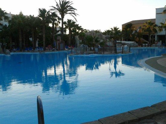 Gran piscina picture of vera playa club hotel vera - Piscina playa ...