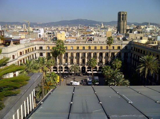 DestinationBCN Apartments & Rooms: view over the square - apartment Reial