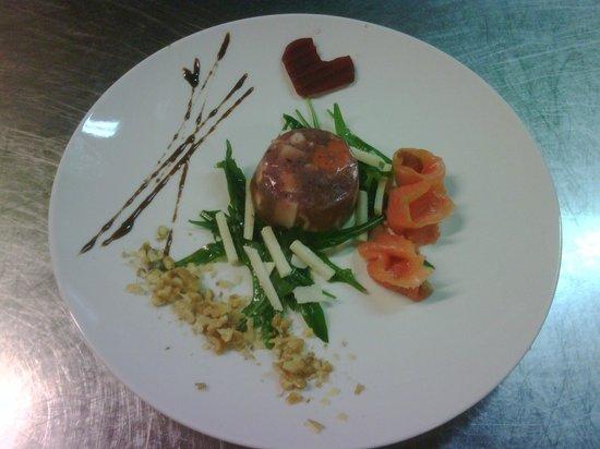 L'Aia della Baronessa: Tortino di polipo con salmone, rucola e scaglie di grana aromatizzaro al ristretto d'aglianico