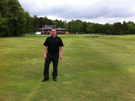 Bothwell Castle Golf Club: Walking up the 16th with clubhouse in the back ground