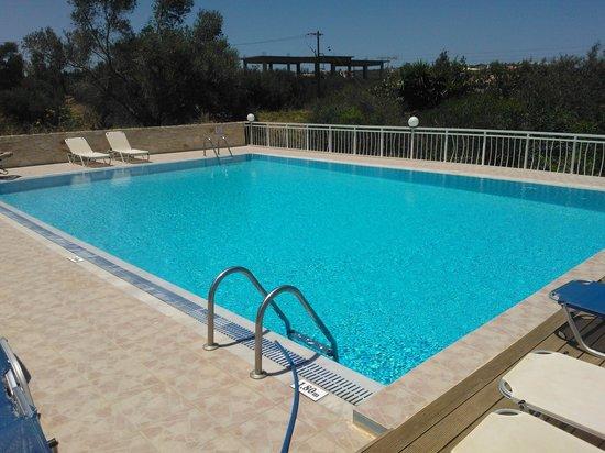 Acropolis Apartments : Pool area