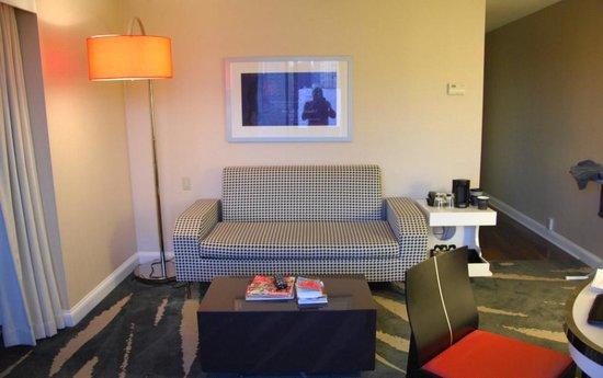 โรงแรมรีเวียร์บอสตัน คอมมอน: Sitting room of junior suite