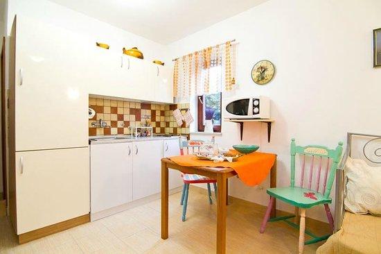 Suncani Apartmani: Kitchen (apartment2)