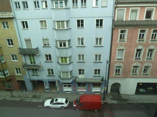 Ibis Innsbruck: Street side view