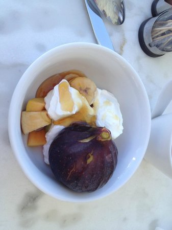 Pelagos Hotel-Oia: fresh figs and yoghurt with honey part of breakfast
