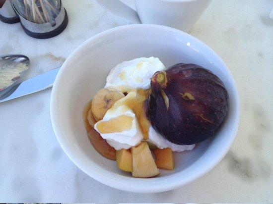 ‪بيلاجوس هوتل أويا: fresh figs and yoghurt with honey part of breakfast‬