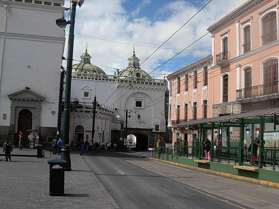 Santo Domingo Plaza (Plaza de Santa Domingo): Entrada a la Iglesia, parada del trole, edificios coloniales, paso que atraviesa la construcción