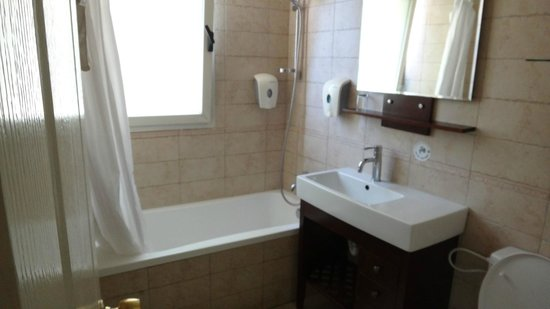 Dizengoff Suites: Bathroom