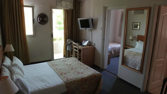 Dizengoff Suites: Room with extra bedroom and balcony door