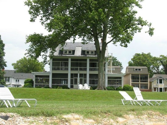 Sandaway Waterfront Lodging: View of the back of the house from the river.
