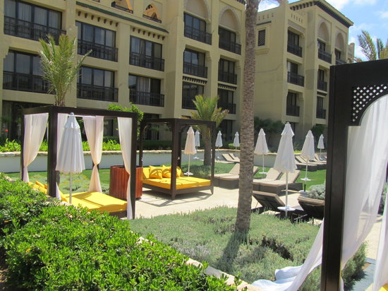 Mazagan Beach & Golf Resort : Lovely beds and couches around the pool