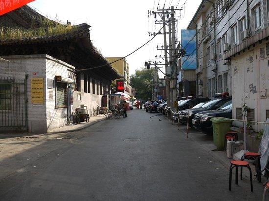 Emperor's Guard Station Courtyard Hotel : 道順③ 東単北大街を左に曲がり、少し行くと右手に警察関係?の建物。日本車のパトカーが並んでいた。