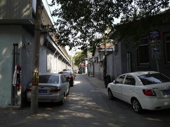 Emperor's Guard Station Courtyard Hotel : 道順④ 警察の建物を少しだけ過ぎた辺りを左手に曲がる。