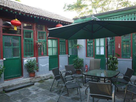 Emperor's Guard Station Courtyard Hotel : 中庭の周りを部屋が囲んでいる