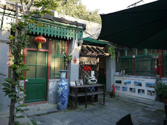 Emperor's Guard Station Courtyard Hotel : 入り口側を中庭から見た風景。 右手がスタッフの部屋