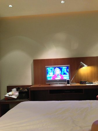 Amara Sanctuary Resort Sentosa: Small television screen from bed