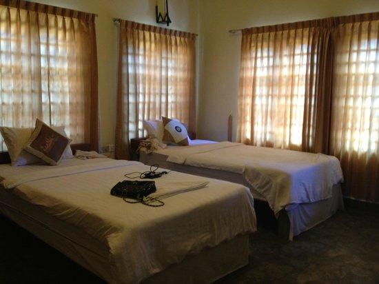 G Eleven Hotel: Twin room with big window