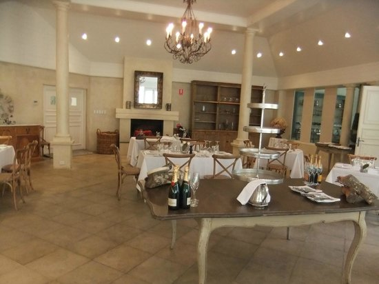Milton Park Country House Hotel & Spa: Orangerie restaurant - superb lunch by roaring fire