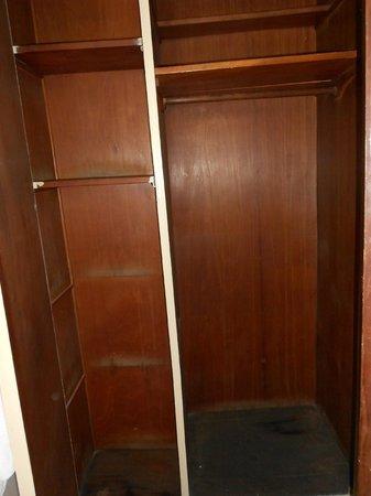 Hotel Majestic: ντουλάπι μπανιου