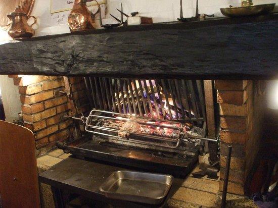 Auberge des Seigneurs et du Lion d'Or : 肉を焼く暖炉